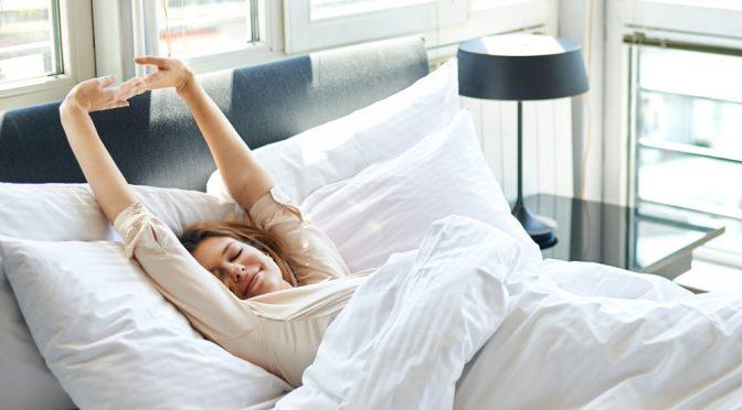 5 лучших упражнений для растяжки позвоночника по утрам. Делаем прямо в кровати