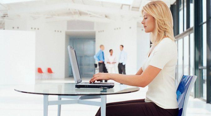 Простое упражнение для улучшения осанки, которое можно делать в офисе